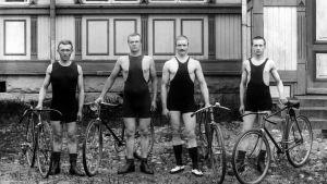 Urheiluasuisia pyöräilijöitä (kilpapyöräilijöitä). Polkupyörä, polkupyöriä.