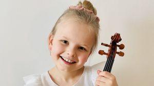 kuvassa viulisti Lilja Haatainen