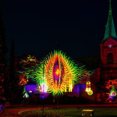 Suomalainen valotaidekollektiivi Flowers Of Life toteutti Valon kaupunki 2019 -tapahtumaan Enchanted Park (Taikapuisto) teoskokonaisuuden Jyväskylän Kirkkopuistoon.