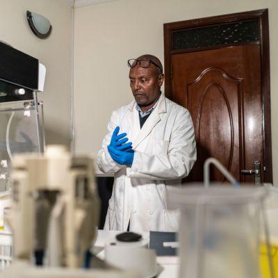 Zewdu Terefework laboratoriossaan