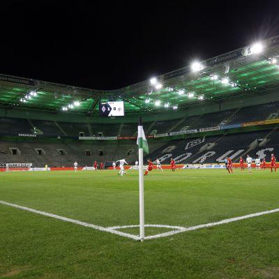 Pelaajia tyhjällä stadionilla.