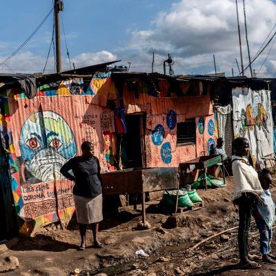 Koronavalistusseinämaalaus Kiberan slummissa Nairobissa
