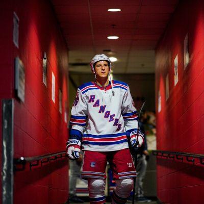 Ryan Strome kävelee pukukäytävällä.