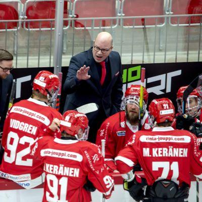 Sportin päävalmentaja Risto Dufva ohjeistaa pelaajiaan.