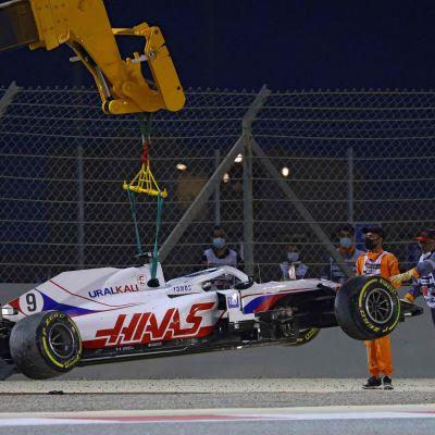 Nikita Mazepinin autoa viedään nosturilla pois Bahrainin rata-alueelta.