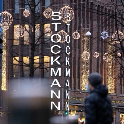 Stockmannin Helsingin keskustan tavaratalo jouluvalaistuksessa, 14.12.2020.