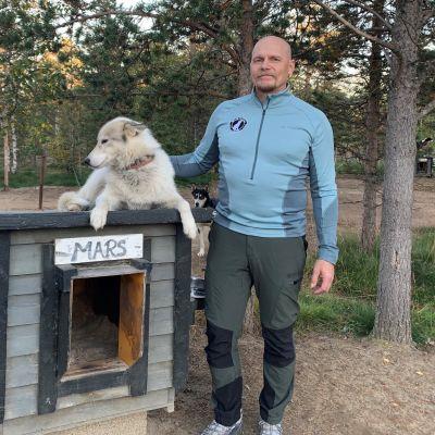 Hetta Huskies -yrityksen omistaja Pasi Ikonen huskykoiran kanssa