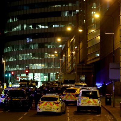 Kuvassa poliisiautoja manchester Arenan edustalla.