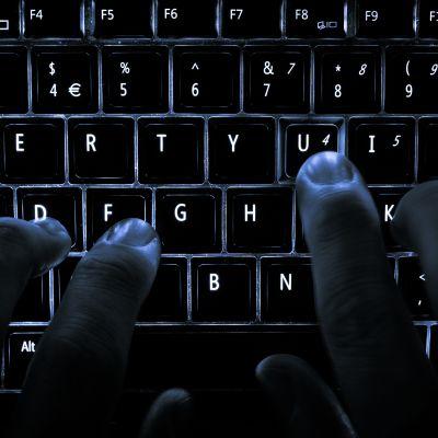 Fingrar på tangentbord.