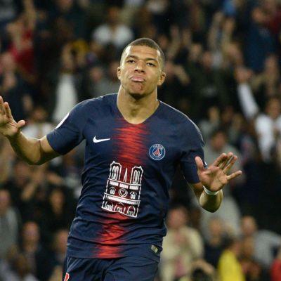 Kylian Mbappe juhlii maalia PSG-paidassa.