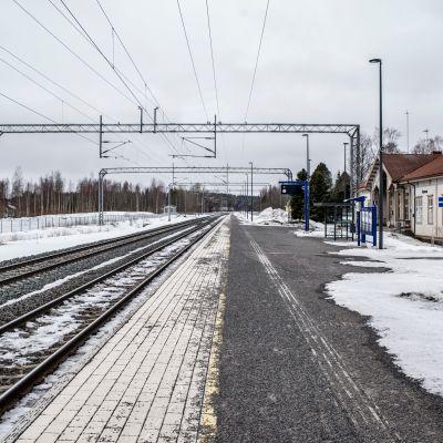 Raiteet Kannuksen rautatieaseman edustalla.