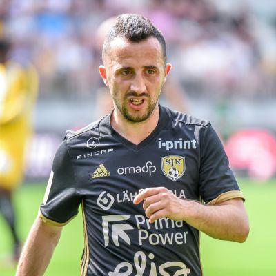 Erfan Zeneli vuonna 2017 SJK-paidassa.