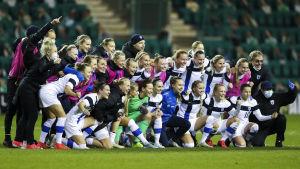 Finlands damlandslag jublar efter segern mot Skottland.