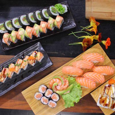 Olika portioner av sushi på ett bord i ett kök