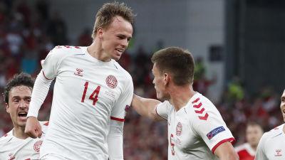 Mikkel Damsgaard och Joakim Mæhle jublar.