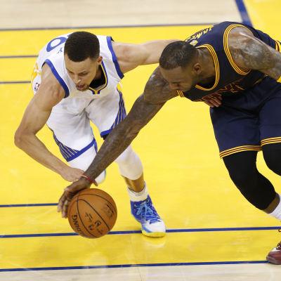 Stephen Curry och LeBron James i biroller i första finalen.