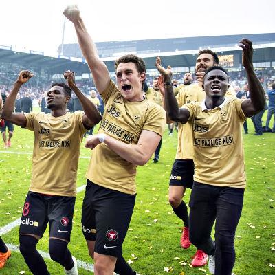 Tim Sparv firar mästerskapet tillsammans med sina lagkamrater.