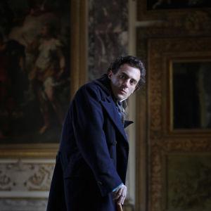 Giacomo Leopardi (näyttelijä Elio Germano) elokuvassa Leopardi - runoilijan elämä