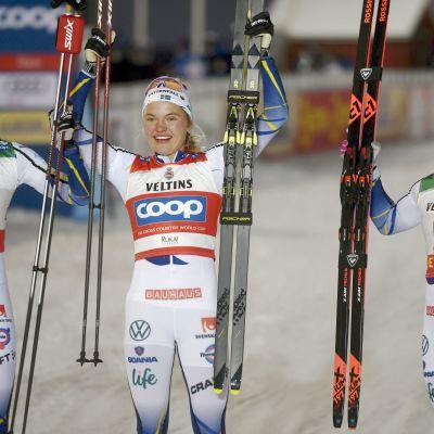 Maja Dahlqvist, Linn Svahn ja Jonna Sundling hiihtivät Ruotsille kolmoisvoiton maailmancupin avauksessa Rukalla marraskuussa.