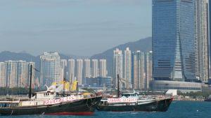 Mer än tiotusen människor arbetar i Hongkongs högsta skyskrapa. Många av dem är bankirer som kan göra mer än 70 timmar långa arbetsveckor.