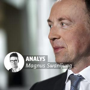 Jussi Halla-aho på Alma Medias partiledardebatt. Bilden är tagen i profil, Halla-aho ler lite.