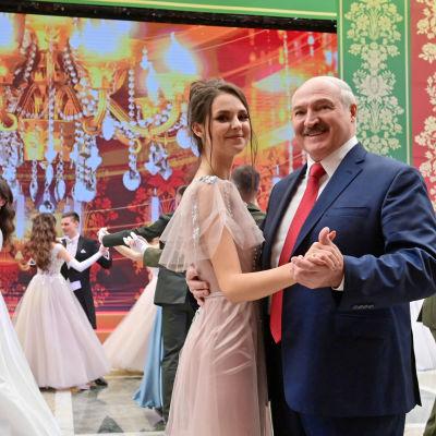 Lukashenka tanssii.