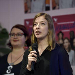 Li Andersson presenterar Vänsterförbundets valkampanj under en presskonferens den 30 januari 2019. Pia Lohikoski står i bakgrunden.