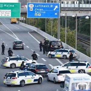 Dansk polis spärrade av vägen mot Öresundsbron på fredagen.