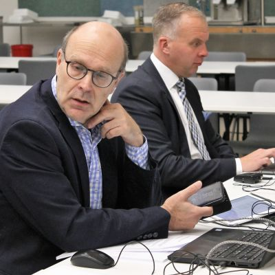 Kaupunginvaltuuston puheenjohtaja Riku Bitter ja kaupunginjohtaja Sami Sulkko