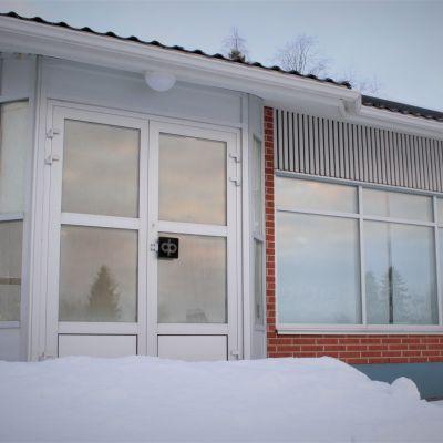 Lähes 800 pankkikonttoria sulki ovensa eri puolilla Suomea edellisen vuosikymmenen aikana. Lumi peitti entisen pankin portaat Pohjois-Savossa Lapinlahdella.
