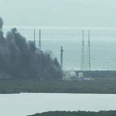 Rök stiger upp vid platsen där Falcon 9 exploderade.