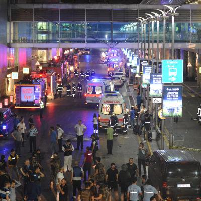 Sjukvårdspersonal och polis utanför händelseplatsen vid Atatürk-flygplatsen den 28 juni 2016.