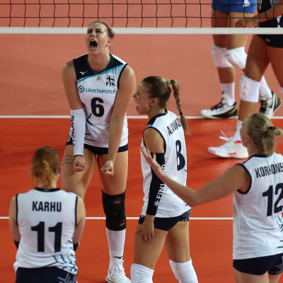 Finlands damer i EM-volleybollmatchen mot Grekland.