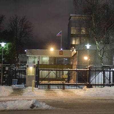 Venäjän suurlähetystön rakennus aidan takana