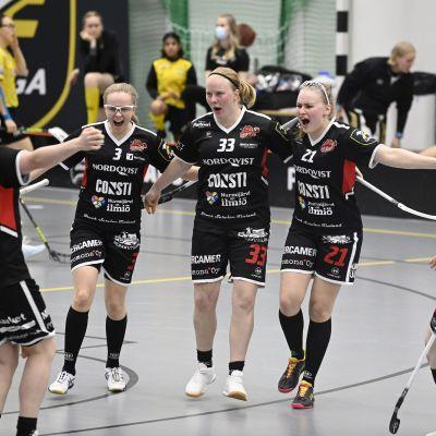 SB-Pron Laura Hietamäki (vas), Jenina Hämäläinen, Mirja Hietamäki (33), Elina Vanhanen ja Saana Neulasalmi juhlivat