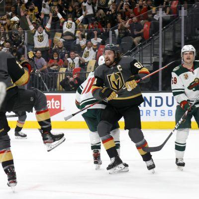 Vegas Golden Knightsin Zach Whitecloud ja Mark Stone tuulettavat Whitecloudin maalia NHL-ottelussa Minnesota Wildia vastaan.