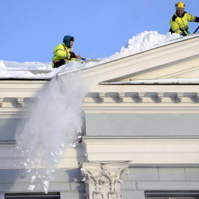 Snöröjare på taket till Helsingfors stadshus
