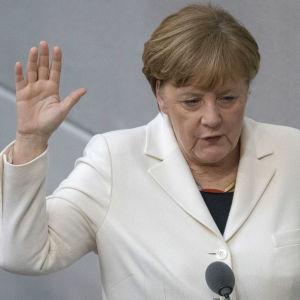 Angela Merkel svär eden efter att hon valts till förbundskansler för fjärde gången.