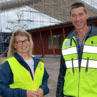 Kvevlax skolas rektor Ulrica Nuström och Korsholms tekniska direktör Ben Antell.