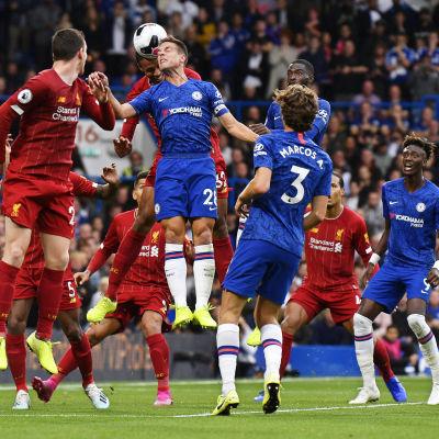 Spelare från Liverpool och Cehlsea kämpar i en höjdduell.
