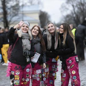 Fyra tjejer vid domkyrkan, Glöggrundan 2017