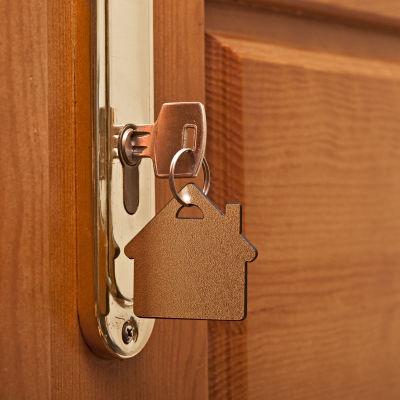 En nyckel i ett lås.