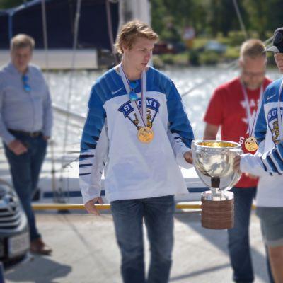 Miika Koivisto ja Joel Kiviranta toivat MM-kultapokaalin Vaasan Sisäsatamaan. Mikko Manner varmistaa taustalla.