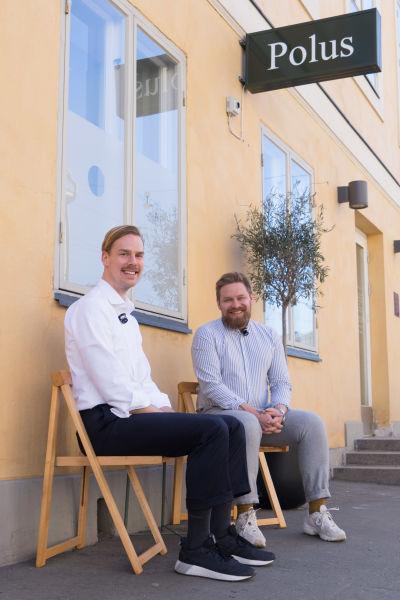 Urmakarna Eric Wikholm och Kari-Matti Ratsula utanför sitt lilla urmakeri i Helsingfors