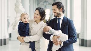 Prinsessan Sofia och prins Carl Philip med sina två barn, prins Alexander och nyfödda prins Gabriel.
