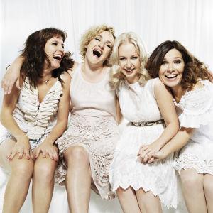 Siskonpedin naiset valkoisissa vaatteissa, nauravat kuvassa. Niina Lahtinen, Sanna Stellan, Krisse Salminen, Pirjo Heikkilä.