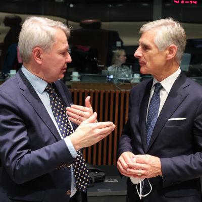 Utrikesminister Pekka Haavisto diskuterar med Österrikes utrikesminister.