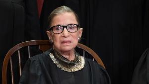 Ruth Bader Ginsburg sitter i domarkåpa, september 2018.