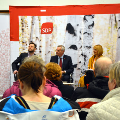 Timo Harakka, Antti Rinne och Tytti Tuppurainen sitter på rad.