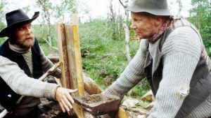 Elokuvan päärooleja näyttelevät Vesa Vierikko ja Pirkka-Pekka Petelius.